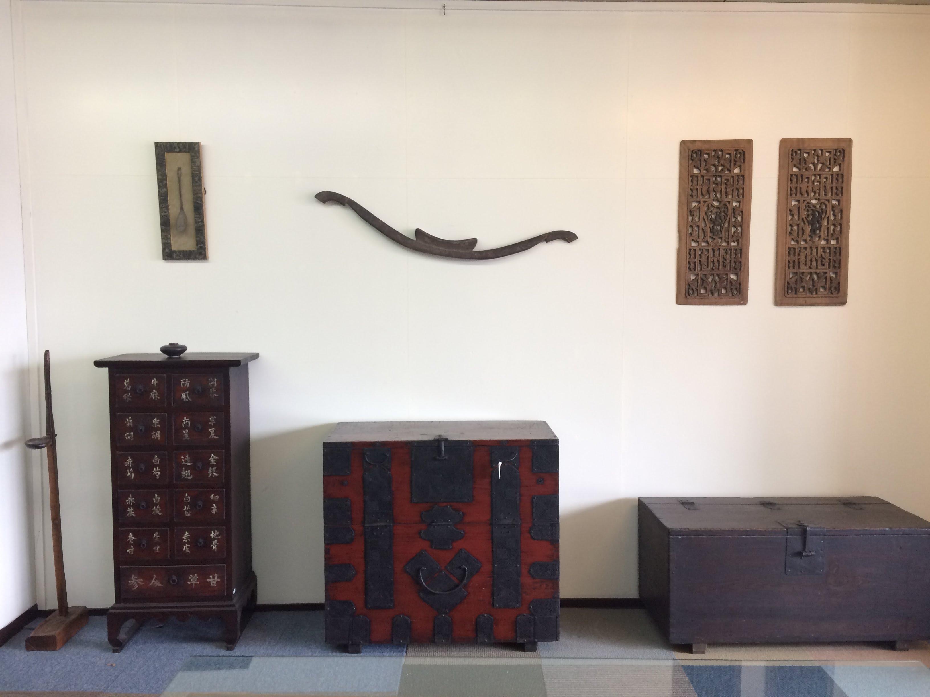李朝をはじめ東南アジアの家具展示中