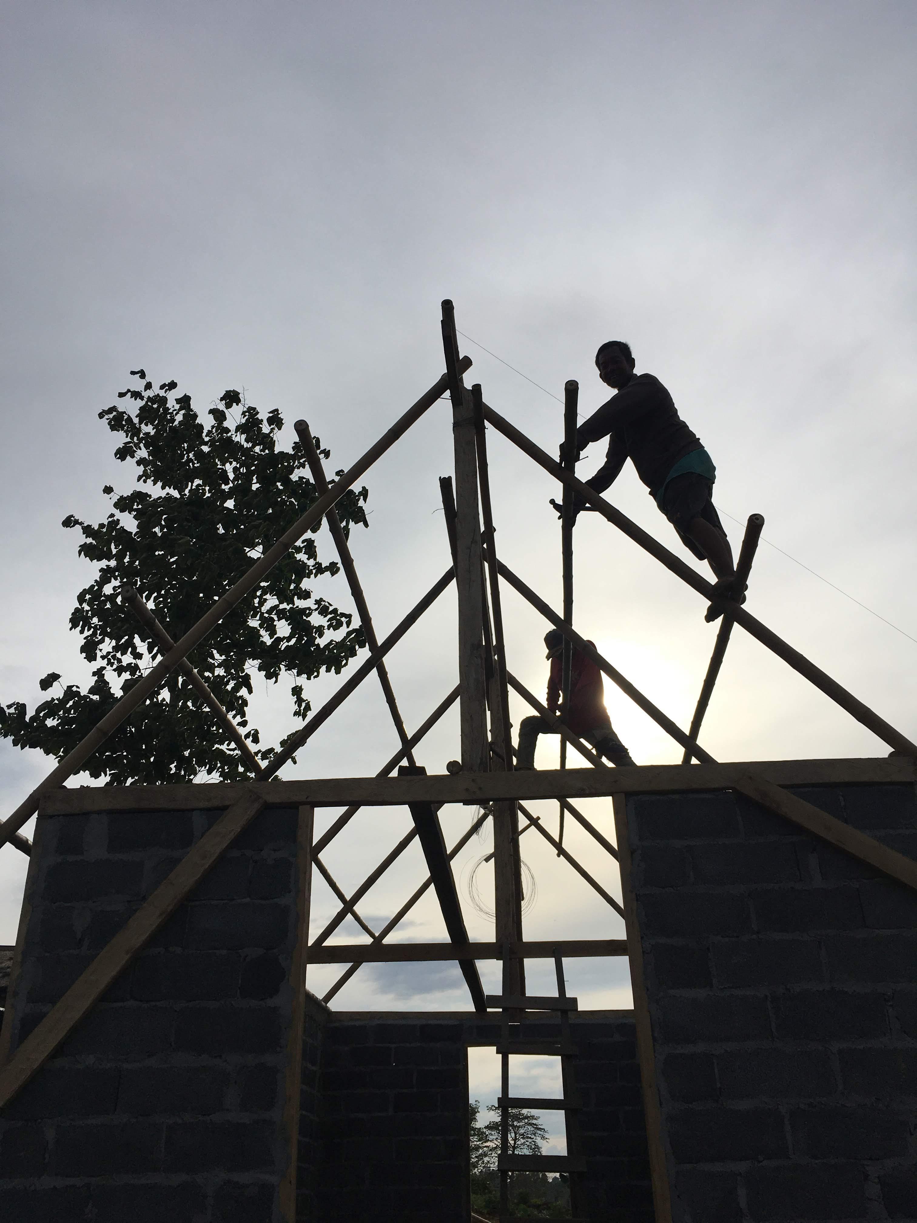蚕室の屋根、葺きはじめました